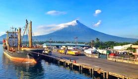 Корабль и вулкан Стоковая Фотография RF