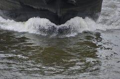 Корабль идет через воду Стоковая Фотография