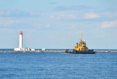 Корабль и маяк буксира Стоковое Фото