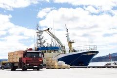 Корабль и тележка Trabsportation с голубым небом Стоковая Фотография