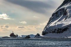 Корабль на анкере в северном заливе в зиме Стоковые Изображения RF