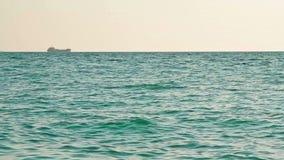 Корабль на горизонте на открытом море акции видеоматериалы