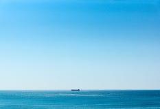 Корабль на горизонте Стоковое Фото