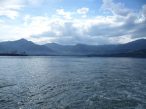 Корабль на море и гора стоковое фото rf
