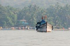 Корабль на предпосылке джунглей Стоковые Изображения