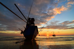 Корабль на пляже на заходе солнца Стоковые Фото