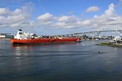 Корабль нефтяного танкера входя в порт Корпус Кристи Техаса стоковые изображения rf