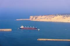 Корабль нефтяного танкера с ассистентом буксира Стоковое Фото