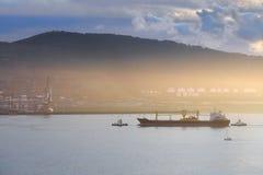 Корабль нефтяного танкера с ассистентом буксира Стоковые Изображения