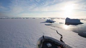 Корабль ломая лед в Антарктике