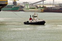 Корабль отбуксировки буксира в гавани Стоковая Фотография RF
