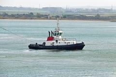 Корабль отбуксировки буксира в гавани Стоковые Изображения