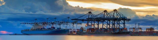 Корабль перевозки груза контейнера с работая загрузкой крана Стоковые Изображения RF