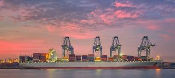 Корабль перевозки груза контейнера с работая мостовым грузоподъемным краном i крана Стоковые Изображения