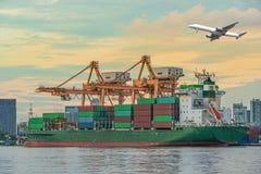 Корабль перевозки груза контейнера с работая мостовым грузоподъемным краном i крана Стоковая Фотография RF