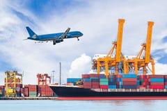 Корабль перевозки груза контейнера с работая мостовым грузоподъемным краном крана Стоковое Изображение RF