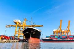 Корабль перевозки груза контейнера с работая мостовым грузоподъемным краном крана Стоковая Фотография RF