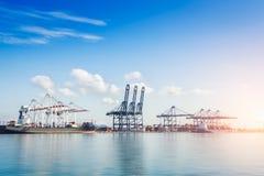 Корабль перевозки груза контейнера с работая мостом крана в верфи на сумраке для логистического экспорта импорта Стоковое Изображение RF
