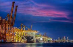 Корабль перевозки груза контейнера с работая мостом крана в shipya Стоковое фото RF