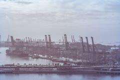 Корабль перевозки груза контейнера с работая мостом крана в shipya Стоковые Изображения