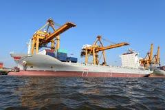 Корабль перевозки груза контейнера для логистической предпосылки экспорта импорта Стоковые Изображения RF