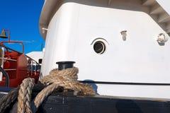 Корабль причаленный с старой веревочкой в гавани Стоковая Фотография RF