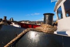 Корабль причаленный с старой веревочкой в гавани Стоковое Изображение