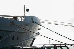 Корабль причален на веревочке набережной, России, Baltiysk Стоковые Изображения RF