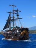 Корабль при туристы плавая в море Стоковая Фотография