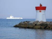 Корабль плаванный за маяком Стоковая Фотография RF