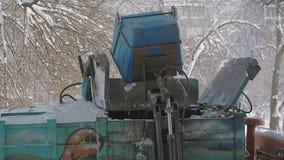 Корабль собрания погани для того чтобы нагрузить отброс Мусоровоз, работа крана пневматика сток-видео