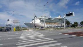 Корабль состыкованный на порте Naha стоковое изображение