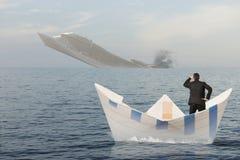 Корабль тонет в море стоковое изображение rf