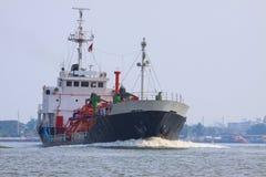 Корабль топливозаправщика контейнера lpg газа бежать в пользе реки для petrochem Стоковое Изображение RF