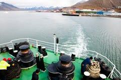 Корабль экспедиции на побережье Longyearbyen - Свальбарде стоковое изображение rf