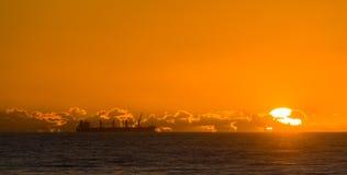 Корабль Caego на заходе солнца стоковые фотографии rf