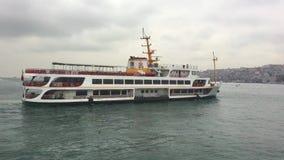 Корабль Pessenger на bosphorus Стамбула видеоматериал