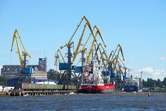 2 корабля на загрузке в порте груза города Выборга Россия Стоковое Фото