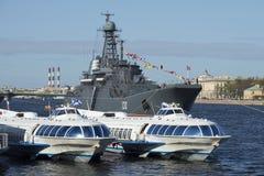 2 корабля на подводных крылах и BDK Korolev дальше могут Neva Взгляд собора Андрюа апостола Стоковое фото RF