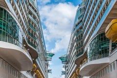 2 корабля проходя на доки Стоковое Изображение