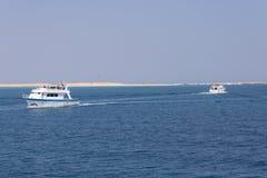 2 корабля проходя один другого на море Стоковая Фотография