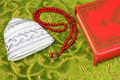 Коран, мусульманская шляпа и шарики розария Стоковые Фото