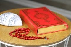 Коран, мусульманская шляпа и шарики розария Стоковые Фотографии RF