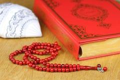 Коран, мусульманская шляпа и шарики розария Стоковое Изображение RF