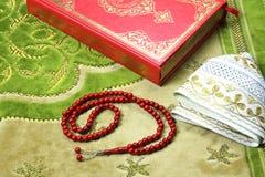 Коран, мусульманская шляпа и шарики розария Стоковая Фотография