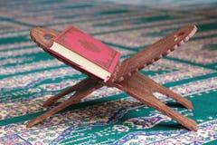 Коран на деревянной стойке в мечети Стоковое Изображение