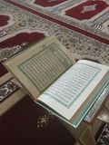Коран на элегантных персидских коврах - арабский текст с английским переводом Стоковая Фотография RF