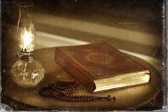 Коран, шарики розария и масляная лампа на деревянной стойке Стоковое Изображение