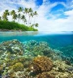 Коралловый риф на предпосылке облачного неба и острова Стоковое фото RF