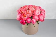 коралл Sharm ранга пионов красивый коралл смешивания и розовый букет цветка в круглой коробке с крышкой Стоковая Фотография RF